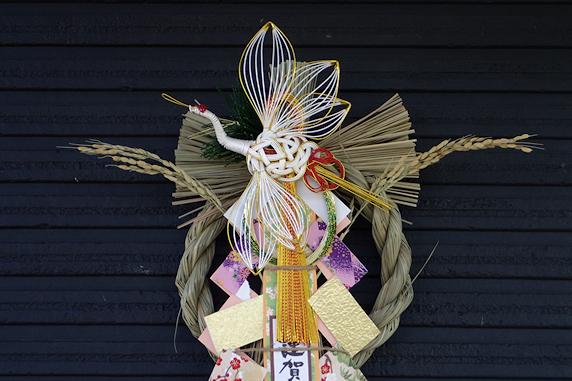 しめ飾りにバケツ稲を利用