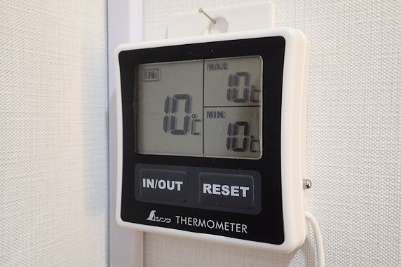 カブ幼虫にパネルヒーターと温度計を設置